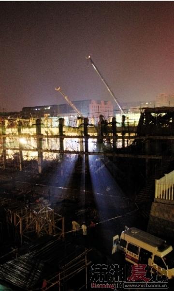昨日,衡阳市中心汽车站,在建的机修车间发生坍塌。消防和救护人员投入救援。图/记者华剑
