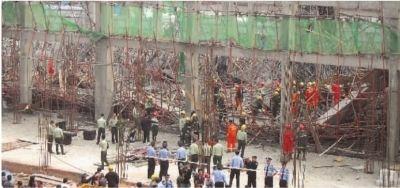 车间楼面坍塌现场,消防官兵正在搜救被埋工人。 记者 徐德荣 摄