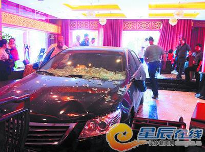 昨日下午,这辆黑色小轿车冲入了井湾子全家园酒楼的一楼大厅。宁莎鸥 摄