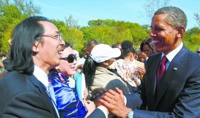 美国东部时间10月16日,美国总统奥巴马接见中国雕塑家雷宜锌。锦锌文化公司提供