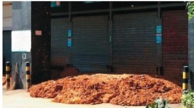 10月17日上午,韶山南路家乐福超市的供货通道,被人用黄泥巴堵了个严实。 记者 李琪 摄