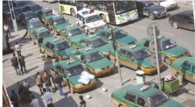 10月17日,50多台无牌的士停在长沙平安出租车有限公司门口。 记者 武席同 摄