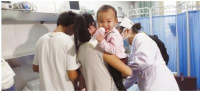 10月18日下午,爸爸妈妈正在收拾东西准备出院,小梦茹精神状态很好,显得十分高兴。 实习生 刘佳佳 记者 李丹 摄
