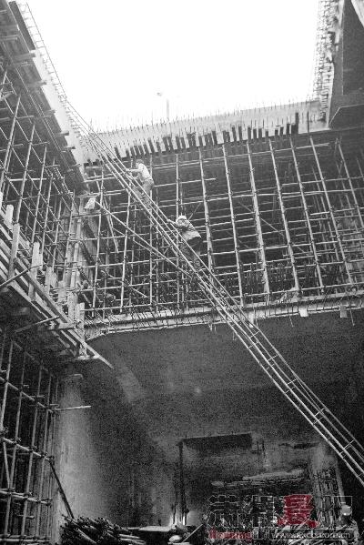 10月18日下午,长沙地铁二号线五一广场站施工现场,下班的工人攀爬着钢筋走向地面。图/记者沈荣华