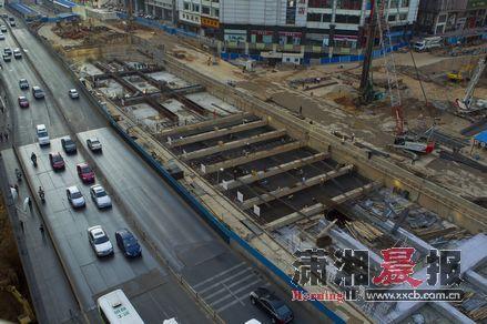 10月18日下午,俯瞰长沙地铁二号线五一广场站施工现场,封顶工作已经接近尾声。图/记者沈荣华