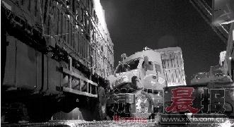 """10月23日凌晨,京港澳高速长潭路段,两辆大货车追尾,一辆货车的车头""""钻进""""了另一辆货车的车尾。图/记者辜鹏博"""