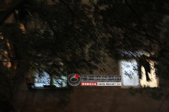 (10月23日晚,长沙金地小区,一名高中女生要寻短见,幸被警方解救下来。图/潇湘晨报滚动新闻记者 韩敬宇)