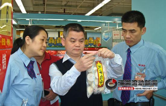 长沙市工商局局长陈跃文扮成市民只身带着记者对多家超市检查。图/记者夏雨