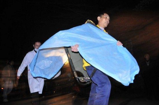 0月29日,霞流冲煤矿事故现场不断有救援人员赶到。新华社记者 周勉摄