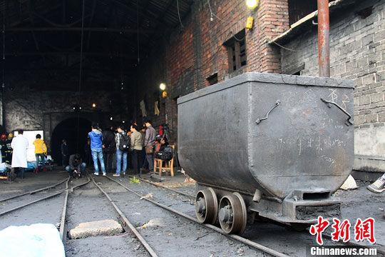 湖南衡阳一煤矿29日下午6时许发生特大矿难事故,造成29名矿工遇难,6人安全升井。图为运送煤矿的小车停在了矿井外。杨华峰 摄