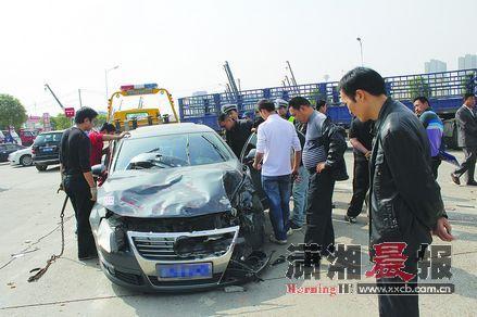昨日,长沙中南汽车世界内的物贸路十字路口,一小车和货车相撞,小车前部车盖被掀起,一块被撞飞的大碎片落在了车窗上。