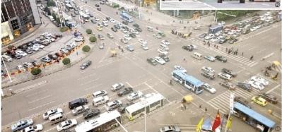 (图②)10月30日下午,很多机动车辆通过营盘路湘江隧道。 本版图片均由记者 田超 摄
