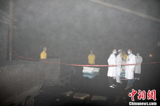 救护人员在等待。 刘柱 摄