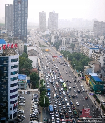 10月31日,营盘路与蔡锷北路交界处(隧道主干道出入口)由西往东车流量大 。图/记者张轶