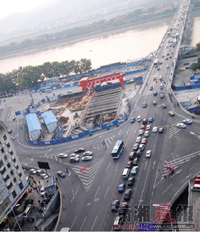 10月31日下午5点半左右,湘江一桥车流量较小,通行顺畅。图/记者辜鹏博