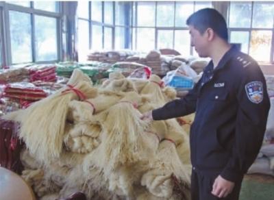 11月2日,长沙县公安局仓库内堆满了查缴的毒腐竹、毒米粉。通讯员 孔奕邹 振魁摄