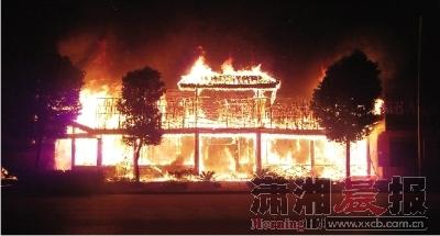"""昨日凌晨,鸭子铺""""大锅灶柴火鱼馆""""发生火灾,400平方米的饭店烧得只剩下一个木炭架子。图/读者吕栋"""