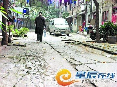 四季花城汽电厂宿舍区的道路年久失修,破损不堪。彭放 摄