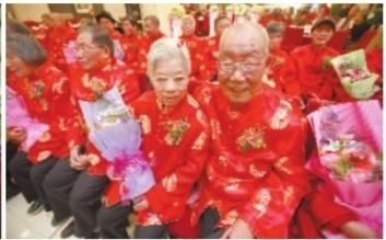 11月8日,长沙大蓉和饭店,11对老年夫妇在这里举行金婚典礼。 记者 李丹 摄