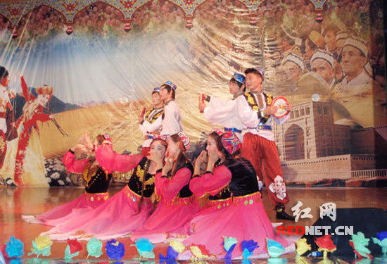 新疆学生载歌载舞,喜庆佳节。