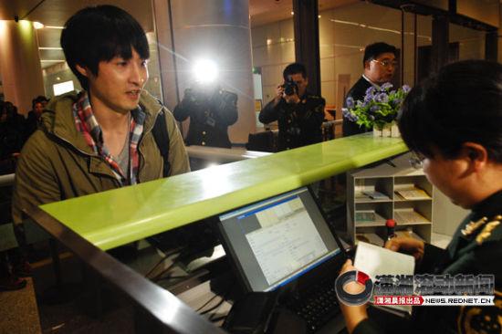 (11月9日下午,湖南长沙黄花机场,韩国男子崔�F勇成为长沙航空口岸年度出入境的第60万个人。 图/潇湘晨报滚动新闻记者 陈勇)