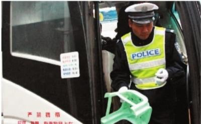11月9日,株洲醴陵市泗汾镇106国道,交警在对过往客运车辆进行安全检查。 实习生 刘佳佳 记者 李丹 摄