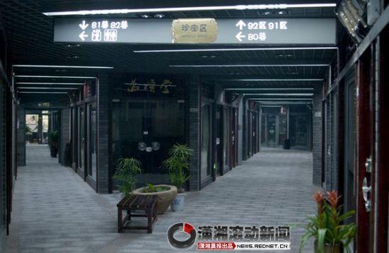 天心阁古玩城内长长的走廊。图/记者辜鹏博