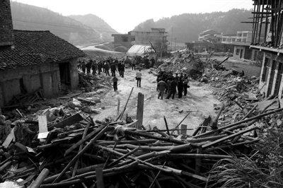 昨日,在湖南省新邵县潭府乡跃进村拍摄的发生房屋垮塌的事故现场。 郭国权 摄