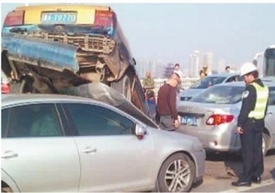 """因车速过快,两辆小车在橘子洲大桥上演""""叠罗汉""""。 华声在线网友供图"""