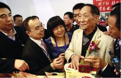 """昨日上午,""""2011中国中部(湖南)国际农博会""""开幕。离开幕还有半个小时,""""杂交水稻之父""""袁隆平就饶有兴致地逛起了农博会。图/记者殷建军"""