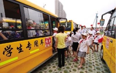 今年6月1日,望城区首批70辆校车正式上路运行。校车为橘黄色车身,具有统一的标识。