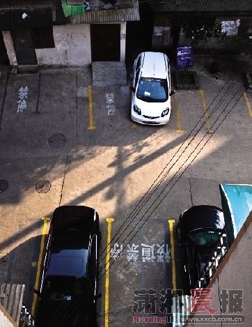 书院路一社区,两栋房子之间有一块空地,居民就停车问题闹矛盾。居民自发成立自管委员会,将空地变成规范的停车场。图/实习生巩玮