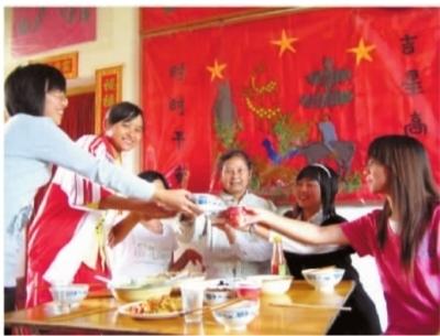 """中南大学青年志愿者协会""""空巢老人服务队""""的志愿者和老人一起过生日。 通讯员 刘淼 摄"""
