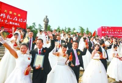 11月20日,在韶山毛泽东铜像广场,50对新人彼此许下一生的承诺:真情不变,真爱永恒。本报记者 刘建光 摄