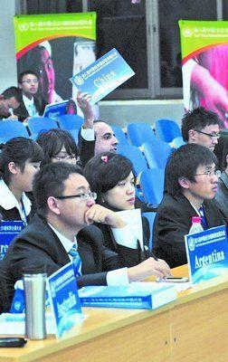"""""""中国代表""""举手发言。张荣程 摄"""