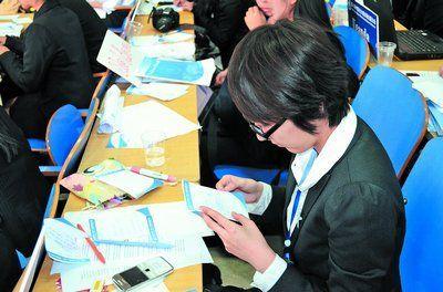 一名学生外交官阅读其他国家代表给她的小纸条。郭浩 摄