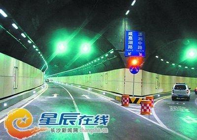 营盘路湘江隧道壁上都安装了隔音屏。余志雄 摄