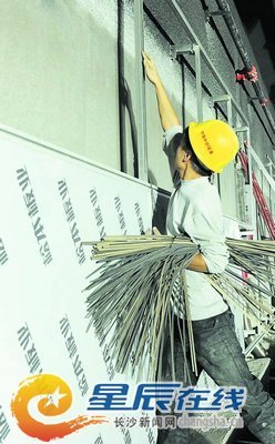 施工人员在营盘路湘江隧道装隔音材料(资料图片)。石祯专 摄