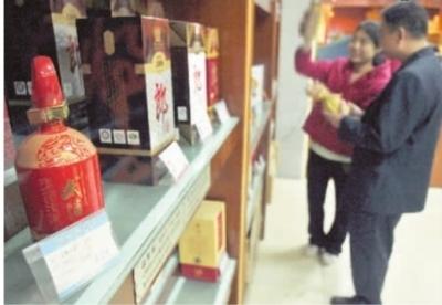 11月21日,长沙市芙蓉北路的这家酒类专卖店,顾客正在选购白酒。 记者 童迪 摄
