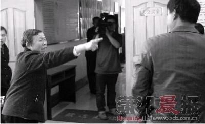 """昨日,青竹湖镇植基社区,庭审结束后,气愤的杨��仓缸哦�子骂道:""""你们没良心""""。图/记者陈勇"""