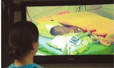 11月21日下午,省儿童医院,张卫红盯着液晶屏上大毛的影像,泪水直流。 记者 王立三 摄