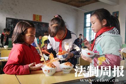 有同学带了凉菜,大家过来每人分一点。