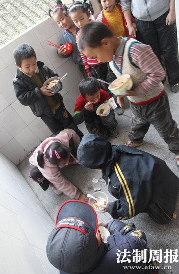 同学们边吃边玩。