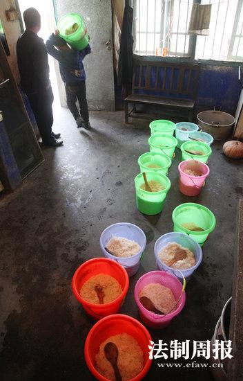 """凤凰县山江镇完小的食堂现在主要提供米饭,学生们吃自带的""""罐头菜""""。"""
