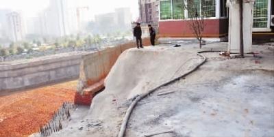 11月24日,长沙市岳麓区金星中路格林星城,业主们猜测出现的裂缝和紧挨小区的在建工地有关。实习生 蒋璐 记者 王�鹰 摄