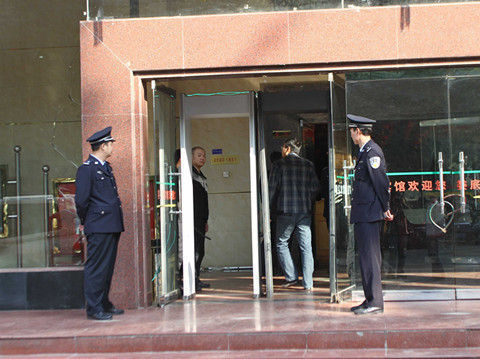 通报会现场安保措施严密。记者 彭南科 摄