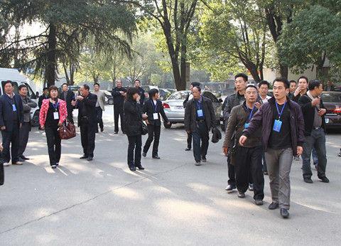 代表及相关人员进入通报会场。记者 彭南科 摄