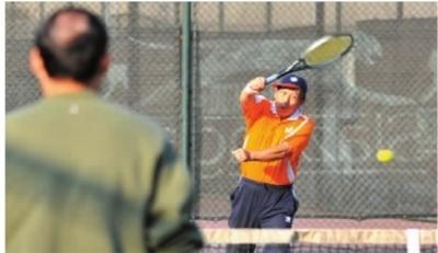 11月24日下午,省人民体育场,市民在练习打网球。 记者 田超 摄