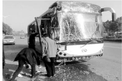 11月25日上午9时许,长沙金星大道北二环站内,两辆公交车追尾。图为事故车辆。 记者 王为薇 摄