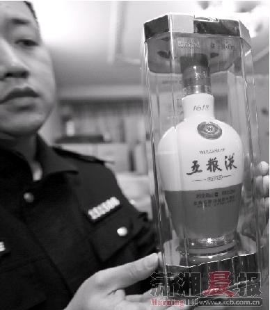 """勾兑出一瓶500ML的假""""水晶五粮液""""成本只要46元。图/记者韩敬宇"""